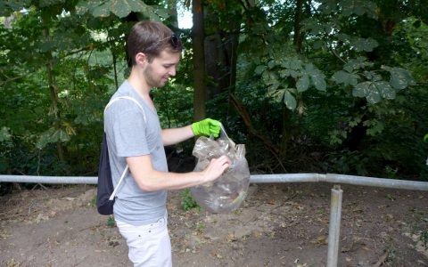 Mülltüte in die Hand und los war das Motto beim Waldspaziergang. ©2018 Grünen Wiesbaden