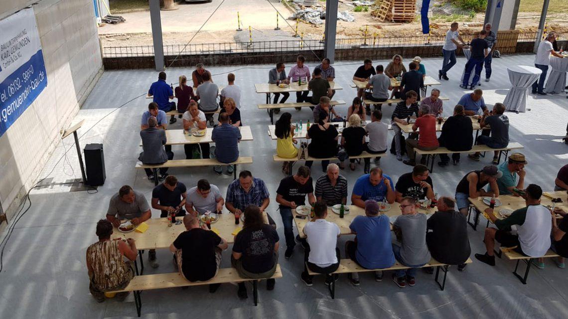Heute ist nicht aller Tage... Die Mitarbeiter freuen sich, dass der OB zum Richtfest vorbeigekommen ist. ©2018 Stadt Wiesbaden