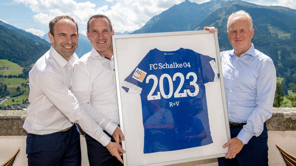 v.l.n.r. Alexander Jobst, Vorstand Marketing des FC Schalke 04 sowie die R+V-Vorstände Jens Hasselbächer und Heinz-Jürgen Kallerhoff. Foto: Schalke 04