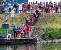Nicht ganz 50 Schwimmer sind dem traditionellem Aufrauf der DLRG gefolgt und sind am Samtagnachmittag begleitet von fünf Booten der DLRG von Schierstein beim Stromschwimmen nach Eltville geschwommen. © 2018Volker Watschounek