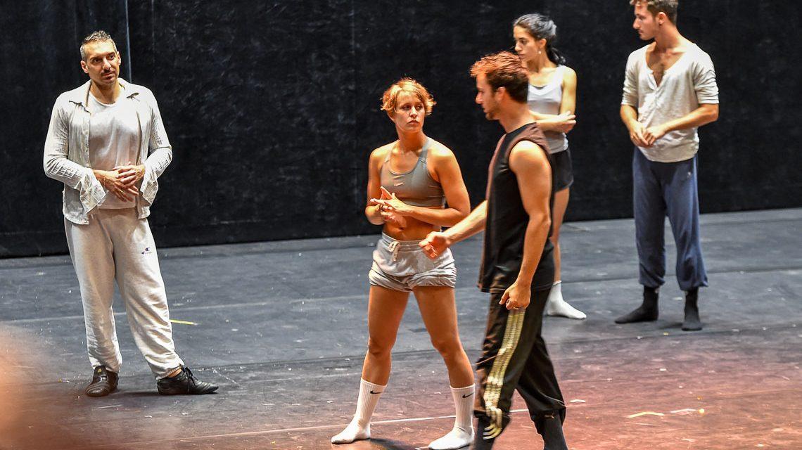 Arbeitsgespräch auf der Bühne. Der Besuch einer Ballettprobe beim Theaterfest 2017. ©2018 Volker Watschounek