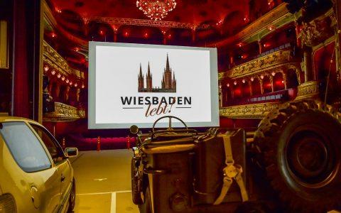 Eine Bühne, eine Leinwand und ein paar Lautsprecher. Fertig ist das Autokino. ©2018 Volker Watschounek
