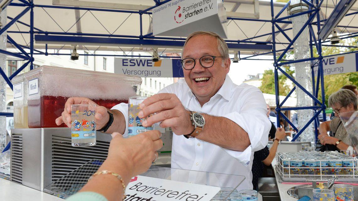 Der Vorstandsvorsitzende Ralf Schodlok schenkte am ESWE-Stand persönlich für den guten Zweck aus. ©2018 Paul Müller/ESWE Versorgung
