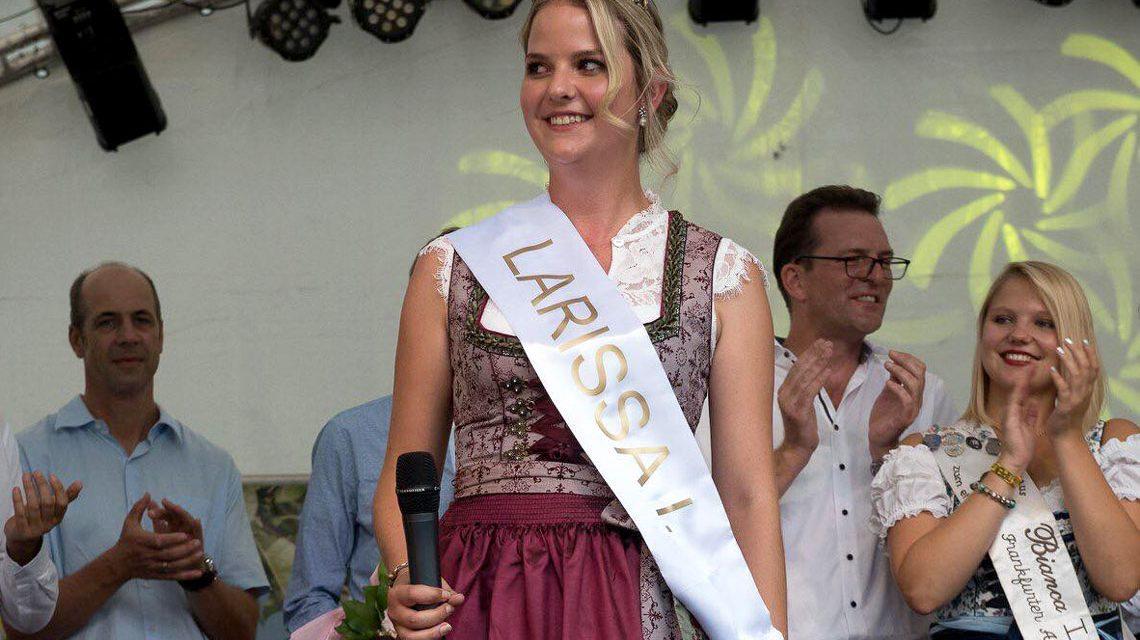 Larissa die Erste, Frankfurts Apfelweinkönigin. ©2018 Klaus Heizel