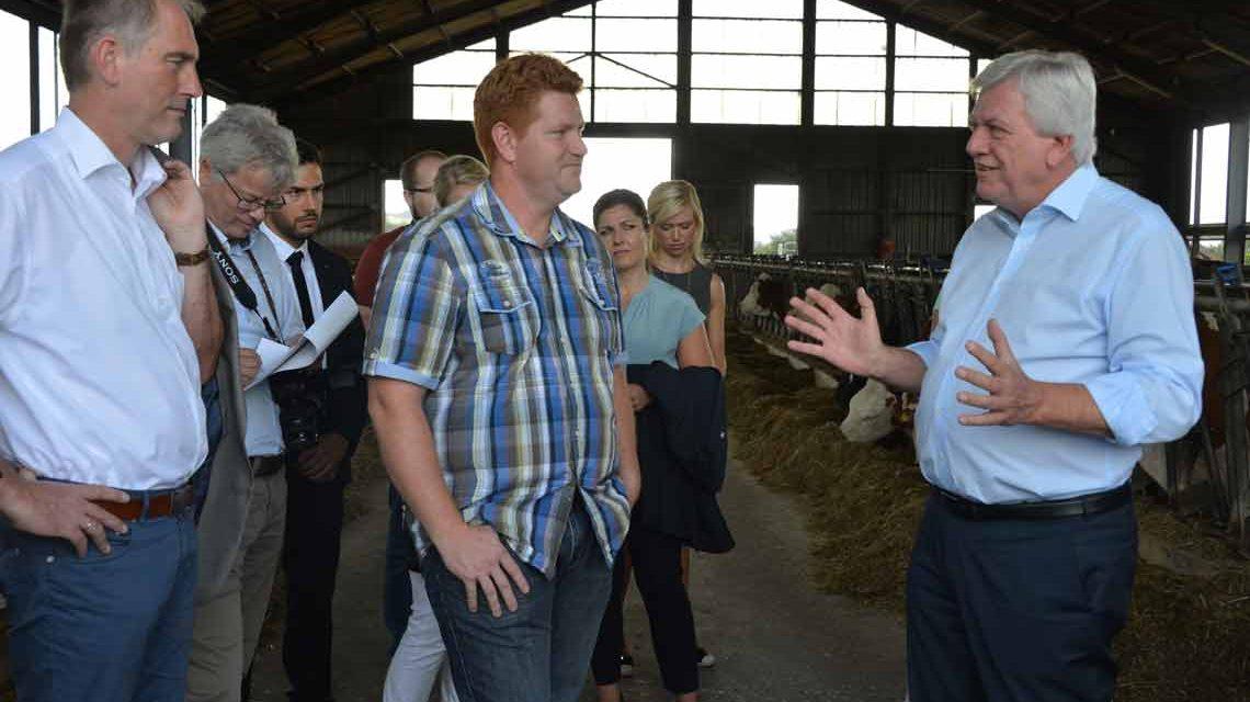 Ministerpräsident Volker Bouffier hört sich die Anliegen der Landwirte auf dem Hof von Heiko Schmidt (Mitte) in Runkel-Schadeck im Kreis Limburg-Weilburg an. ©2018 Staatskanzlei