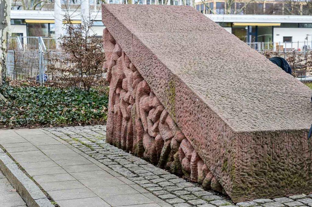Das Mahnmal am Geschwister-Stock-Platz erinnert an die deportierten 119 Siti / Rom a Wiesbadener. ©2018 Volker Watschounek