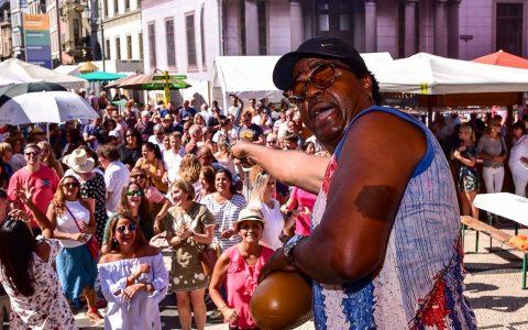 Kuba zu Gast in Wiesbaden. Seit Jahren schon ist die kubanische Band Los 4 del Son im Sommer zu Gast in Wiesbaden. Im dritten Jahr jetzt auch schon zu Gast bei der Weinwoche.