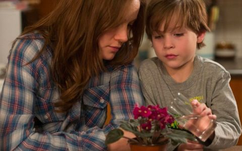Die 24-jährige Joy Newsome lebt mit ihrem 5-jährigen Sohn Jack in einem neun Quadratmeter großen Schuppen, den sie Raumnennen. ©2018 Universal Pictures