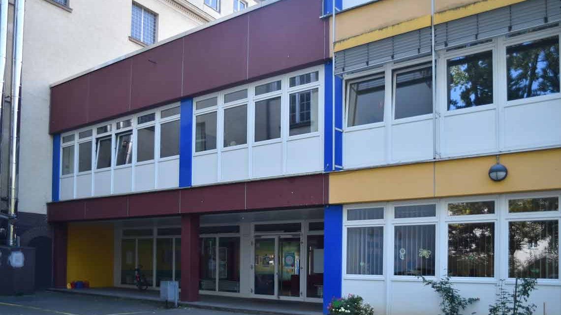Auch die Gerhard-Hauptmann-Schule in Wiesbaden ist betroffen. Sie steht symbolisch für die Instandhaltungsoffensive. ©2018 Volker Watschounek