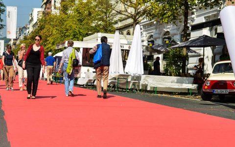 Archivbild: Taunusstraßenfest 2014, Aktionen auf udn um den roten Teppich. ©2014 Volker Watschounek
