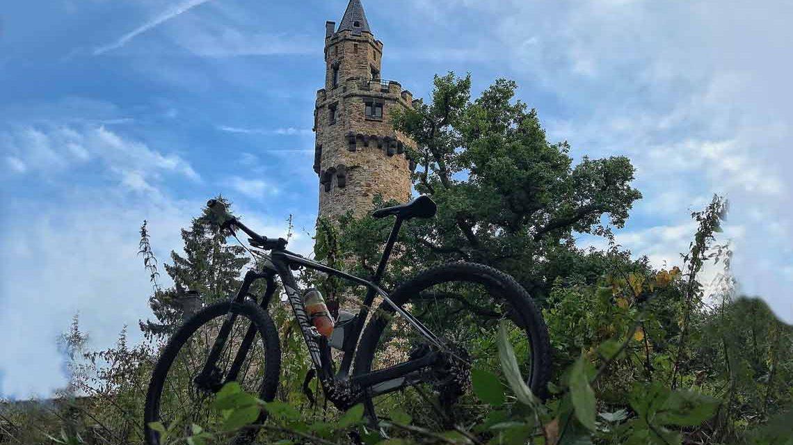 Kaiser-Wilhelm-Turm: Vor allem Mountain-Biker kennen den Schläferskopf. Doch wer sich die letzte Monate dort hin durchgestrampelt hat ... hat hoffentlich sein eigenes Wasser dabei. Das gilt auch am Tag des offenen Denkmals. ©Peter Wehner