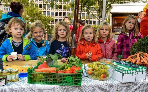 Symbolbild: Kinder der AWO verkaufen auf dem Wiesbadener Wochenmarkt gespendetes Obst, Gemüse und Kuchen für den guten Zweck. ©2018 Volker Watschounek