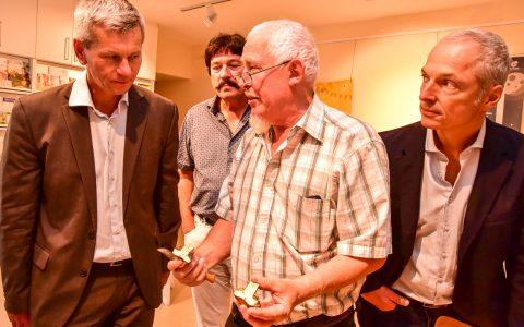 Pilzexperte Franz Heller erklärt Umweltdezernet Andreas Kowol und Roland Petrak worauf es beim Pilze sammeln ankommt. ©2018 Volker Watschounek
