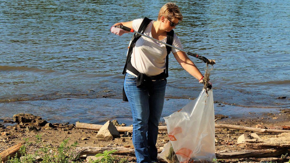 Müll einsammeln am Clean Up Day am Rheinufer in Wiesbaden. ©2019 Carsten Simon