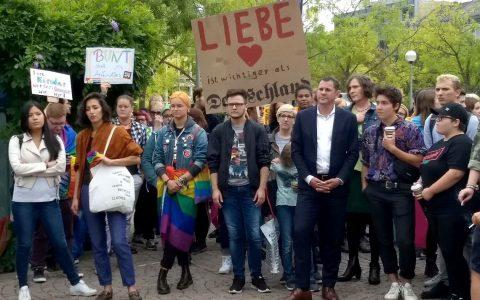 Bunte und friedliche Aktion für Vielfalt und Solidarität. ©2018 Warmes Wiesbaden