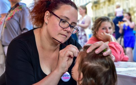 Hunderte Kinder hatten am Sonntagnachmittag auf dem Schlossplatz in Wiesbaden beim Weltkindertagsfest ihren Spaß. Foto: Volker Watschounek