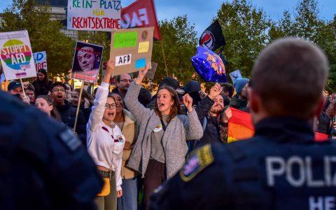 Zwei Tage vor der Wahl hatte die AFD zur Schlussveranstaltung nach Wiesbaden in die Kolonnaden des Kurhauses geladen. 1.800 Wiesbadener protestierten dagegen. ©2018 Volker Watschounek