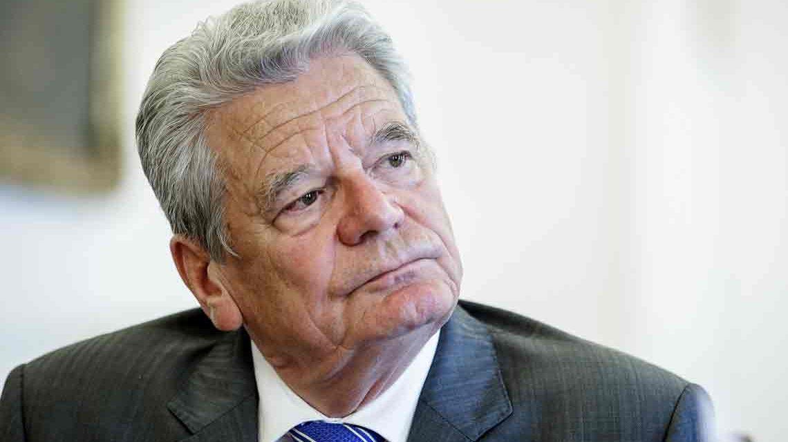 Ministerpräsident Volker Bouffier verleiht dem früheren Bundespräsidenten Joachim Gauck die höchste Auszeichnung des Landes Hessen: die Wilhelm Leuschner-Medaille. ©2018 BPA Bilderdienst