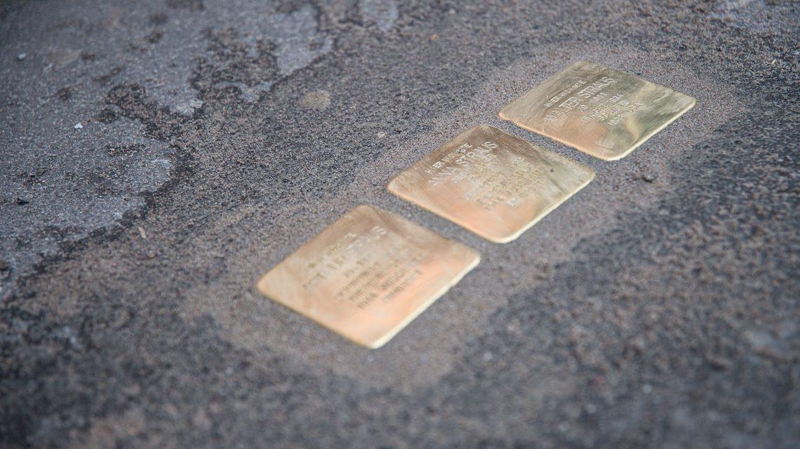 Stolpersteine erinnern an die Familie Sternbach. ©2018 Volker Watschounek
