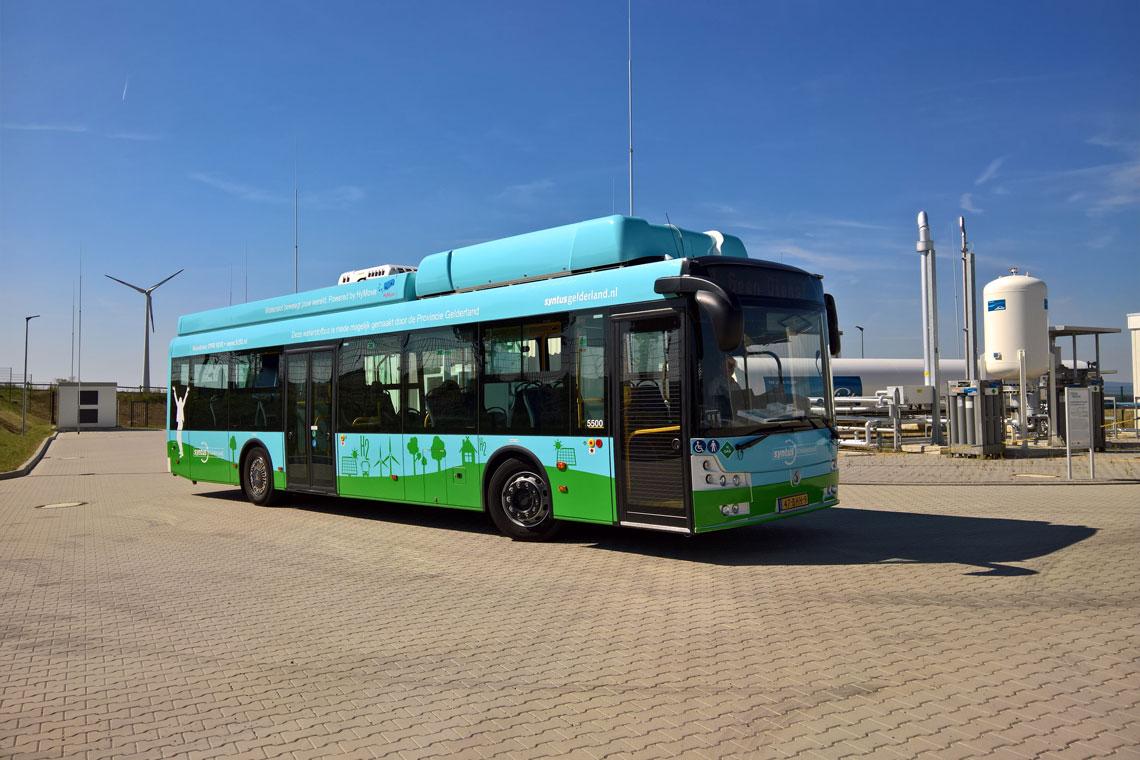 Dieser Brennstoffzellenbus drehte 2016 bereits zu Demonstrationszwecken seine Runden im Energiepark Mainz. Im Stadtteil Hechtsheim entsteht seit 2015 aus Windenergie umweltfreundlich Wasserstoff, der künftig auch elf Busse in Wiesbaden, Mainz und Frankfurt antreiben soll. Foto: Mainzer Stadtwerke