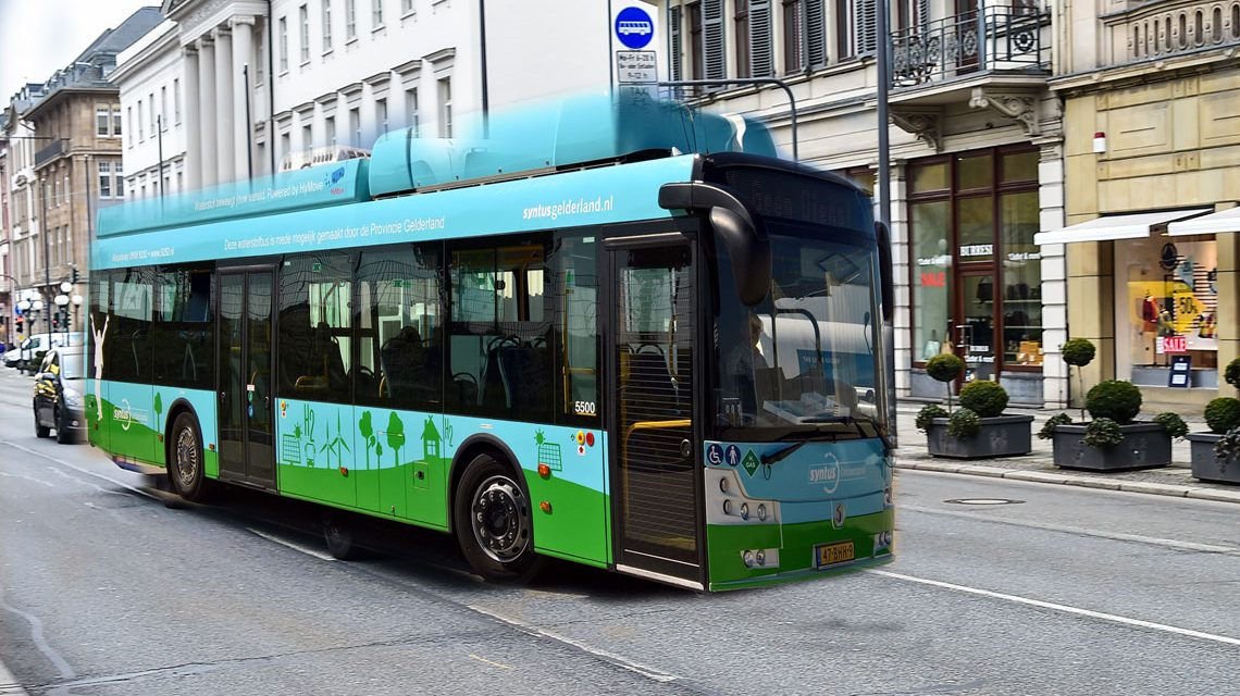 Der Wasserstoff-Busdrehte 2016 bereits zu Demonstrationszwecken seine Runden im Energiepark Mainz – hier ist er auf der Wilhelmstraße in Wiesbaden. ©2018 Stadtwerke Mainz, bearbeitet Volker Watschounek