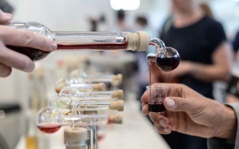 Weinmesse: Worum geht's? Rund 100 Weine aus Wiesbaden und er Umgebung werden von lokalen Winzern ausgeschenkt. Darunter auc andere Rebsorten als nur Riesling. ©2018 Volker Watschounek