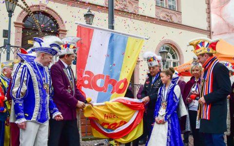 Pünktlich wurde am Sonntag um 11:11 Uhr vor dem Alten Rathaus in Wiesbaden traditionell mit der Fahnenhissung die Fastnacht-Kampagne 2018 eröffnet. ©2018 Volker Watschounek.