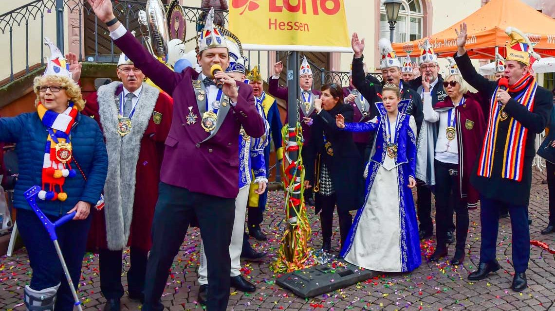 """Fahnenhissung und """"Helau""""– Wiesbadens Fastnacht in eröffnet"""