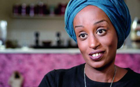 Leyla wurde in Mogadischu in eine strengmuslimische Familie geboren und zählte zum kleinen Teil der Mädchen, die in Somalia eine Schule besuchen durften – LEYLA HUSSEIN in Female Pleasure ©2018
