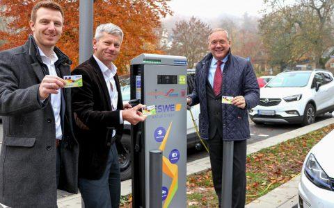 In unmittelbarer Nähe zur Nerobergbahn eröffneten ESWE-Vorstandsvorsitzender Ralf Schodlok (v. r.), Verkehrs- und Umweltdezernent Andreas Kowol sowie ESWE-Vertriebsingenieur Johannes Kraft jetzt die 20. neue E-Ladesäule in Wiesbaden