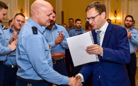 Bürgermeister Oliver Franz überreicht einem von 33 neuen Stadtpolizisten seine Urkunde. ©2018 Volker Watschounek