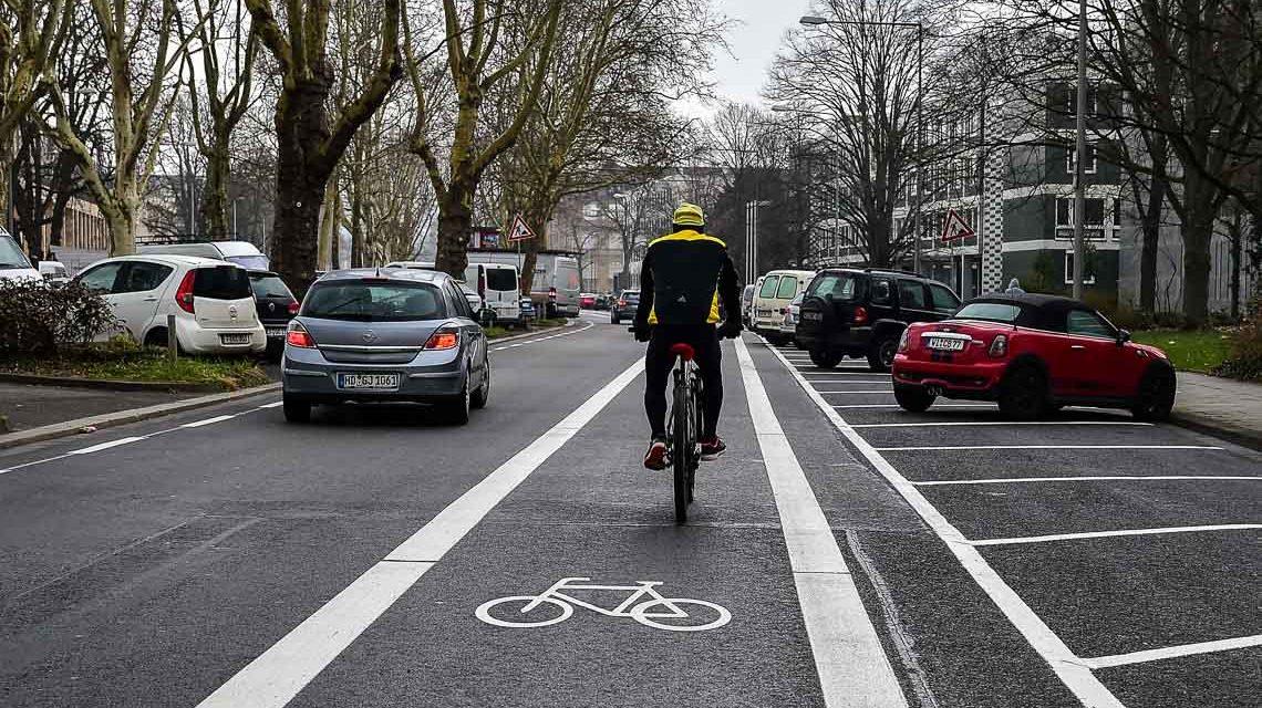 Die Radfahrer auf der Friedrich-Ebert-Allee haben jetzzt ihre eigene Spur. Foto: Volker Watschounek