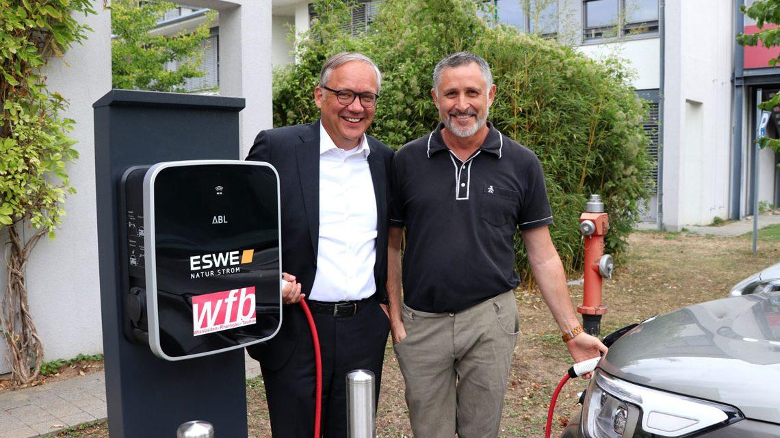 Neue Energie für den WfB-Fuhrpark: Ralf Schodlok,Vorstandsvorsitzender der ESWE Versorgungs AG, und Dr. Simeon Ries, Geschäftsführer der wfb. ©2018 ESWE Versorgung