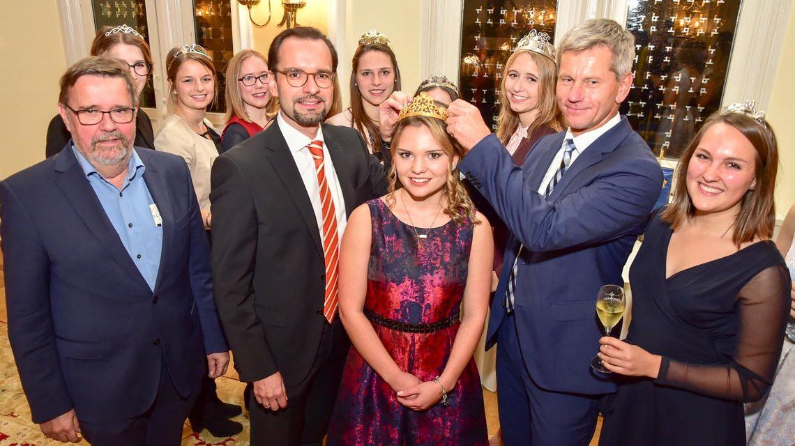 Sarah I. gibt ihre Krone nach 2-jähriger Regenschaft weiter an Wiesbadens neue Weinkönigin, Michelle I.. Martin Michel und Andreas Sowohl setzen Michelle die Krone auf.