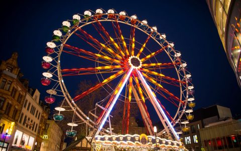 Winterstubb und Riesenrad auf dem Mauritiusplatz in Wiesbaden. ©2018 Pressebild