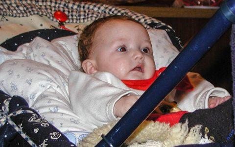 6 Monate ist das Mädchen alt ... sitzt hier für den Papa Modell.