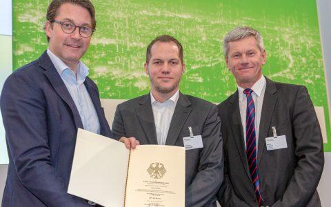 Bundesverkehrsminister Andreas Scheuer, ESWE-Verkehr-Marketing-Chef Thorsten Witkowski und Verkehrsdezernent Andreas Kowol. ©2018 BMVI