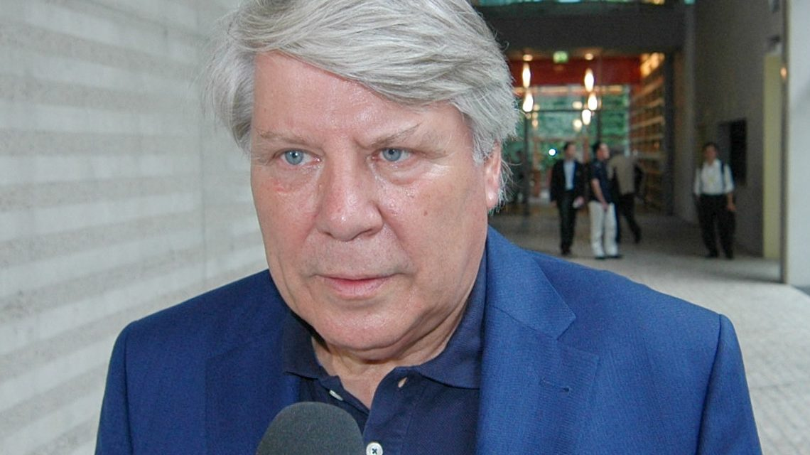 Prof. Dr. Gunter Gebauer, FU Berlin, beim Interview des Polnischen TV-Senders TVP in der Französischen Botschaft am Pariser Platz in Berlin. ©2018 Wikipedia | StagiaireMGIMO | CC BY-SA 3.0