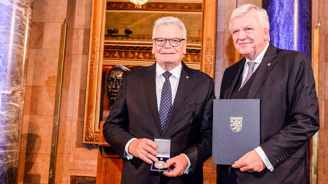 Hessens Ministerpräsident Volker Bouffierf verleiht Ex-Bundespräsident Joachim Gauck die Wilhelm-Leuschner Medaille im Kurhaus Wiesbaden. ©2018 Sabrina Feige / Staatskanzlei