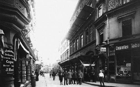 Die Mühlgasse in Wiesbaden um 1900, Blick nach Südosten in Richtung Burgstraße/Schloßplatz. Quelle www.thorsten-reiss-verlag.de /gemeinfrei