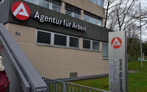 Agentur für Arbeit in der Klarenthaler Straße. Nach der Erziehungspause.©2018 Volker Watschounek