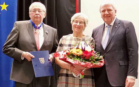 Norbert Kartmann (links, mit Frau Annelie) erhält den Hessischen Verdienstorden von Ministerpräsident Bouffier. Copyright: Hessische Staatskanzlei.