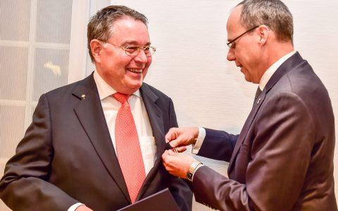 Hessens Innenminister Peter Beuth verleiht Lothar Becker das Bundes Verdienstkreuz am Bande Foto: Volker Watschounek