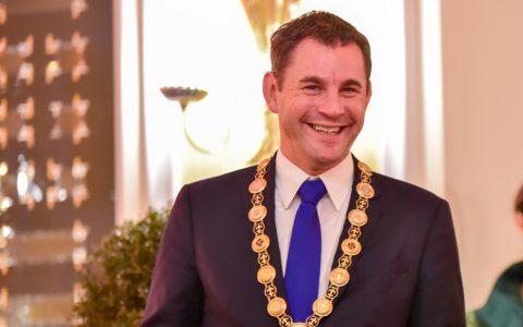 Wiesbadens Oberbürgermeister Sven Gerich nimmt Stellung. ©2018 Volker Watschounek
