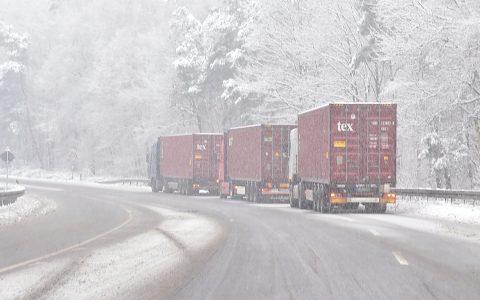 Winterreifen, was ist das. LKWs bleiben liegen. ©2018 Volker Watschounek