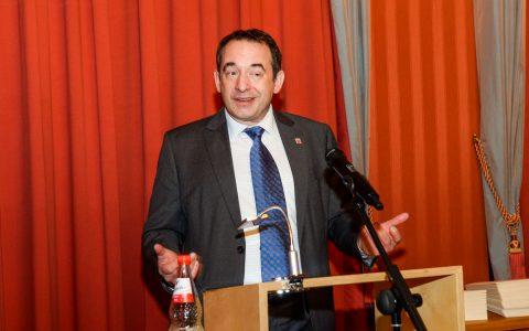 """Kultusminister Alexander Lorz bei der Verleihung des Gütesiegel """"Lesefreude Hessen – Anerkannter Lesepartner 2018/19"""""""