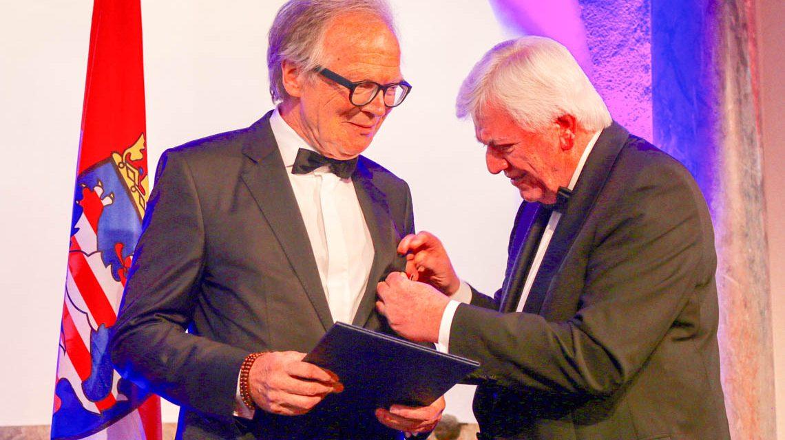 Ministerpräsident Bouffier (rechts) überreicht Werner Klatten das Verdienstkreuz. ©2019 Hessische Staatskanzlei
