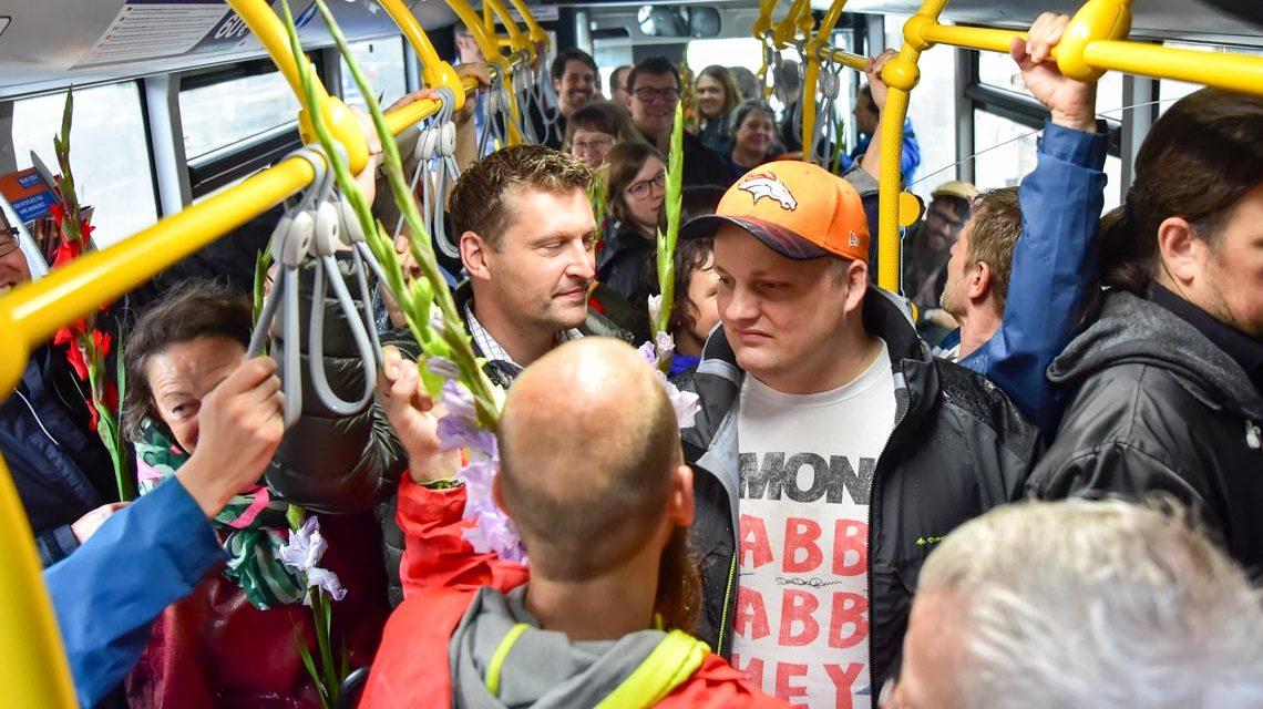 Wie viele Wiesbadneer passen in einen Bus hinein? Voller Bus in Wiesbaden. ©2018 Volker Watschounek