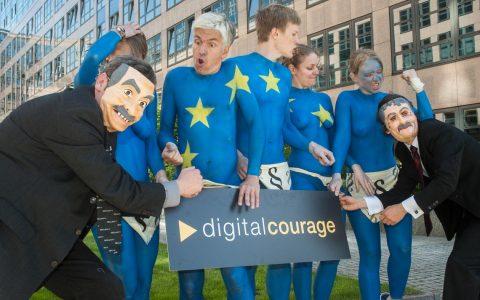 EU-Datenschutz – Nackter Protest vor dem Innenministerium - Übergabe unseres offenen Briefes an das Innenministerium. ©2019 Digitalcourage / Flickr / BY-SA 2.0
