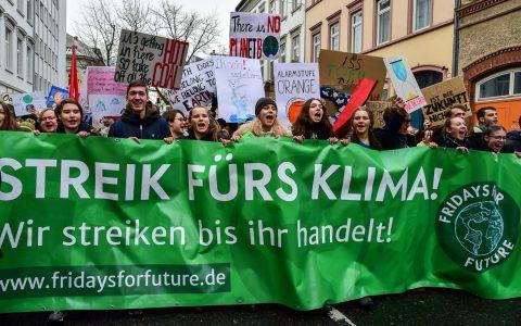 Rund 500 Schüler ziehen vom Bahnhof durch die Oranienstraße zum Rathaus. ©2019 Volker Watschounek